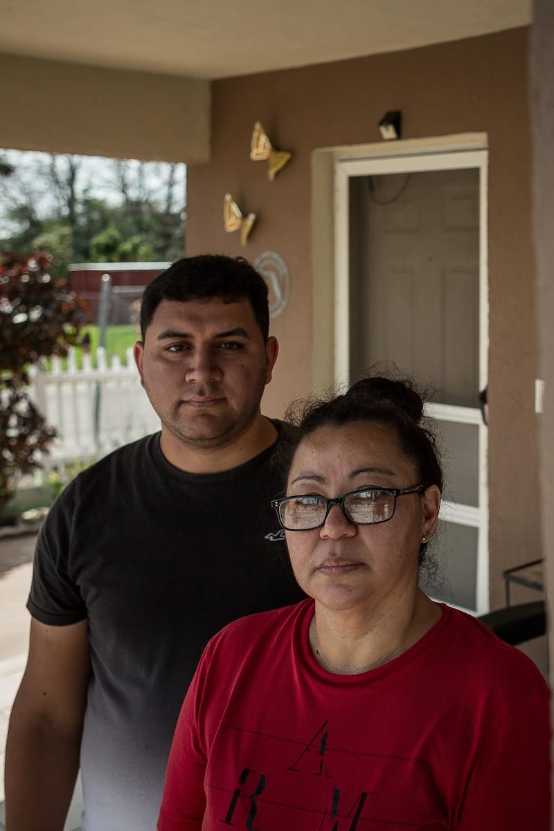 自宅の前にいるホセとサンドラ・フォンセカは、ポストとプロパブリカから提供されたPurpleAirセンサーを持っています。 センサーは、4か月間のリアルタイムの大気汚染データを収集しました。 トーマスコーディ/パームビーチポスト