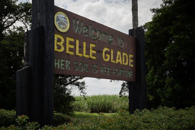 多くの居住者にとって、Gladesでの生活は砂糖産業を中心に展開しています。 USSugarやFloridaCrystalsのような企業がこの地域の主な雇用主です。 トーマスコーディ/パームビーチポスト
