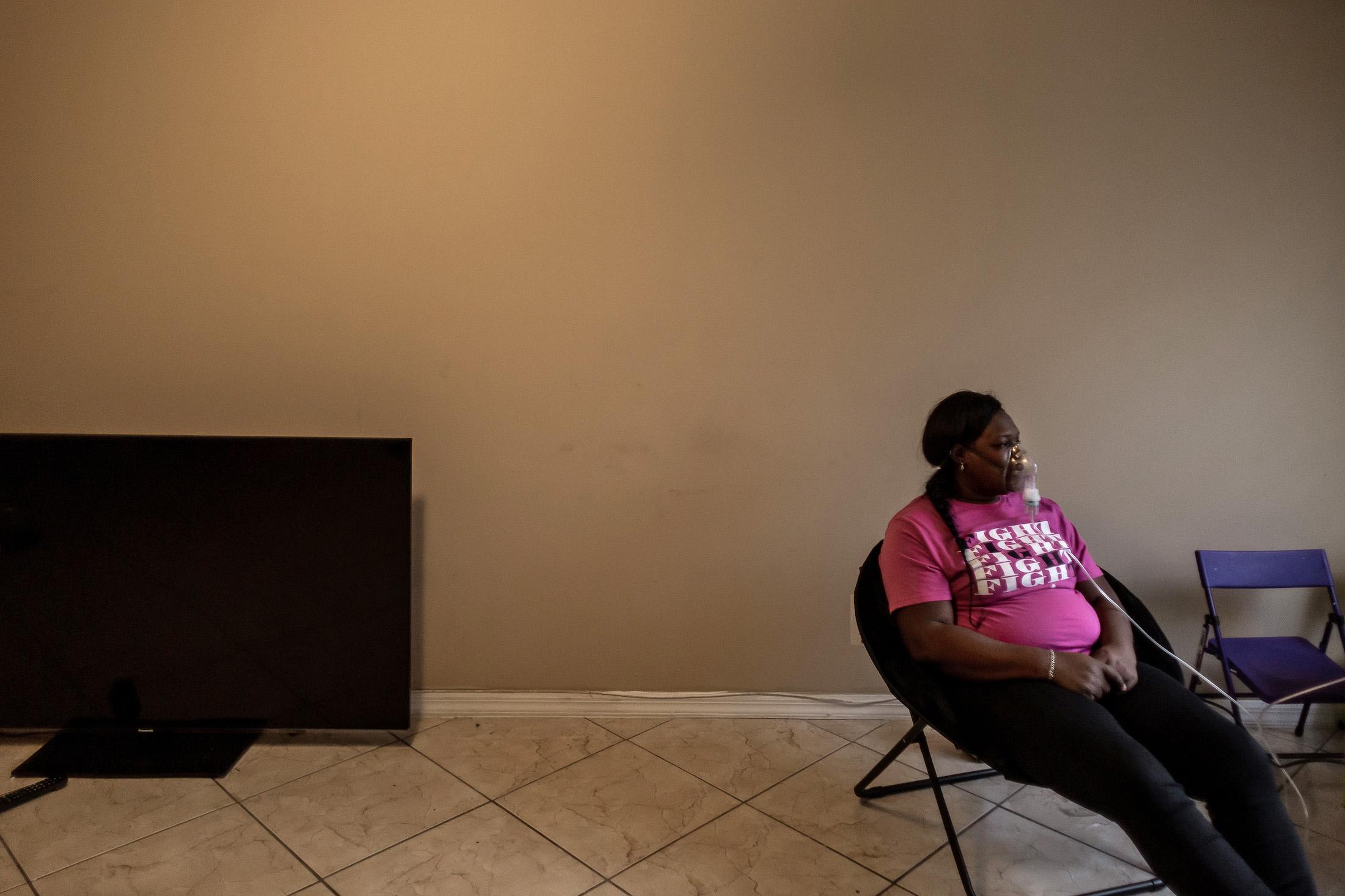 Otishia Harveyは、ネブライザーを持ってパホーキーの自宅に座っています。 トーマスコーディ/パームビーチポスト