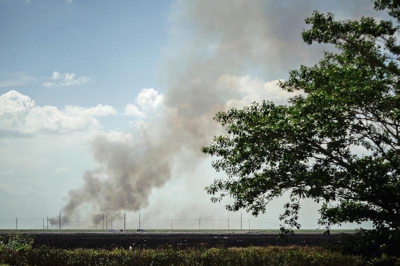 サトウキビの火傷は、サウスベイ近くの畑から煙を出します。 トーマスコーディ/パームビーチポスト